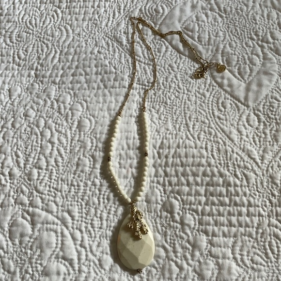 Euc Lilly Pulitzer White and gold necklace